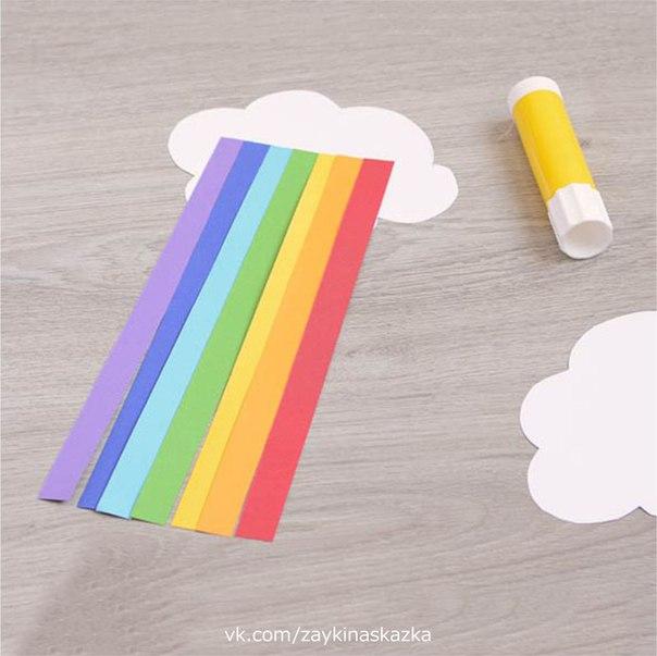 РАДУГА ИЗ ЦВЕТНОЙ БУМАГИ Дождь гулял по переулку,Стал в окошки к нам стучать:Выходите на прогулку,Будем радугу включать!Зонтик мы искали долго,А ступили за порог,Видим, дождик, словно