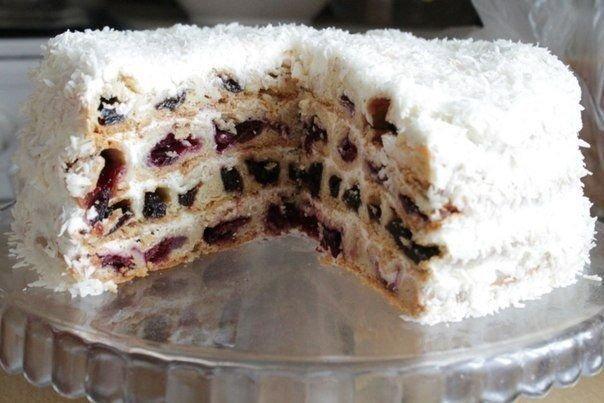 Всеми любимый торт Вишня в снегу Ингредиенты:200 г , 600 г сметана (в тесто , в крем)200 г масло сливочное3 ст. мука600 г вишня120 г сахарная пудра (в крем)по вкусу ванилин1 ч.л. содапо вкусу