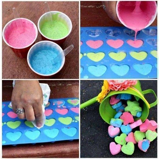 ДЕЛАЕМ ЦВЕТНЫЕ МЕЛКИ 3/4 чашки теплой воды, 1,5 чашки гипса, цветные краски (например, гуашь)
