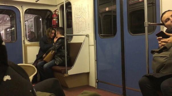 Пара студентов занялась сексом в метро Видео и подробности пикантной истории: https://vk.cc/8JcRrT