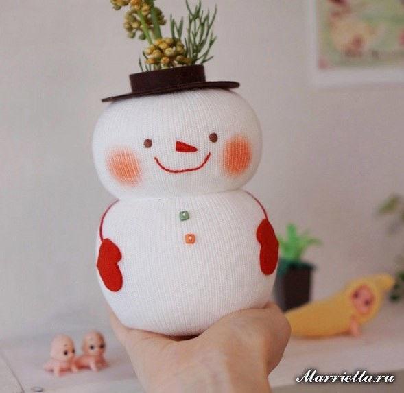 Снеговик - органайзер из носка и бутылки Для создания снеговика нам понадобится: -небольшая бутылка, -носок белого цвета, -наполнитель - синтепух или холлофайбер, -фетр или флис - красного и