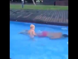 Папа учит сына нырять в воду