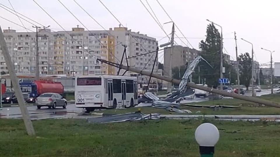 Вчера несколько городов и районов Саратовской области пострадали от ураганного шквалистого ветра