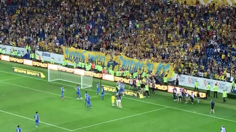 Фанаты и игроки «Ростова» качают Калачева