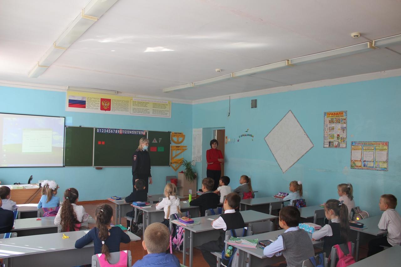 Петровские полицейские проводят акцию «Внимание: дети идут в школу!»