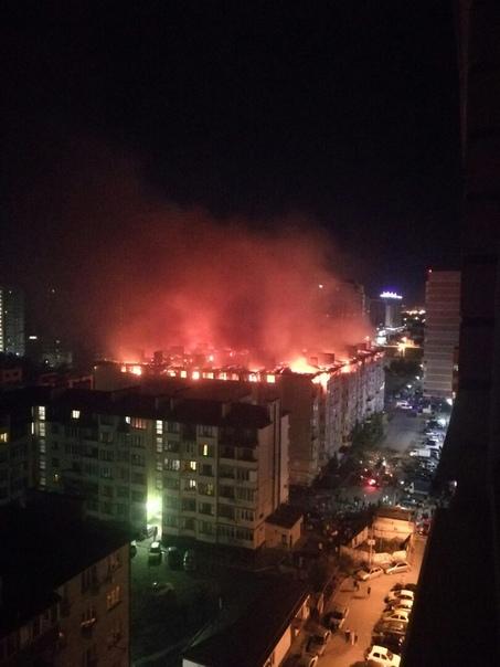 Страшный пожар в Краснодаре В эти минуты огнеборцы борются с сильным возгоранием в жилом комплексе микрорайона Музыкальный краевой столицы.Судя по видео и карте, это крупное о-образное здание,