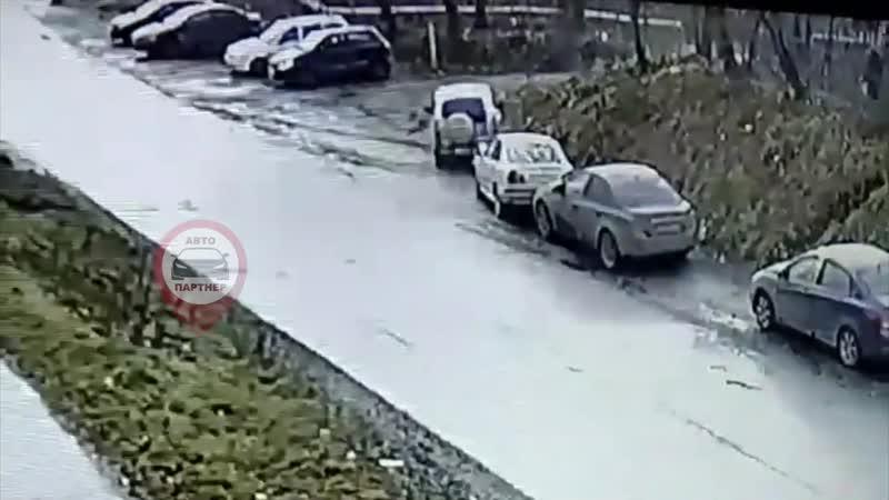 автомобиль нива Шевроле врезался в машину