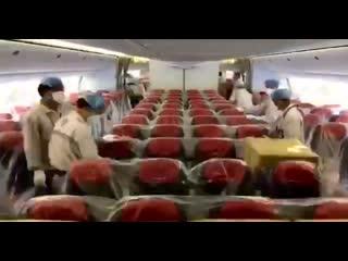 Пассажирский самолёт B777 авиакомпании Austrian Airlines готовят к отправке медицинского оборудования из Китая в Италию.