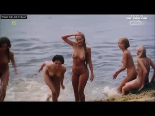 ENF, CMNF  нескольких деревенских девушек застали, когда те купались голыми