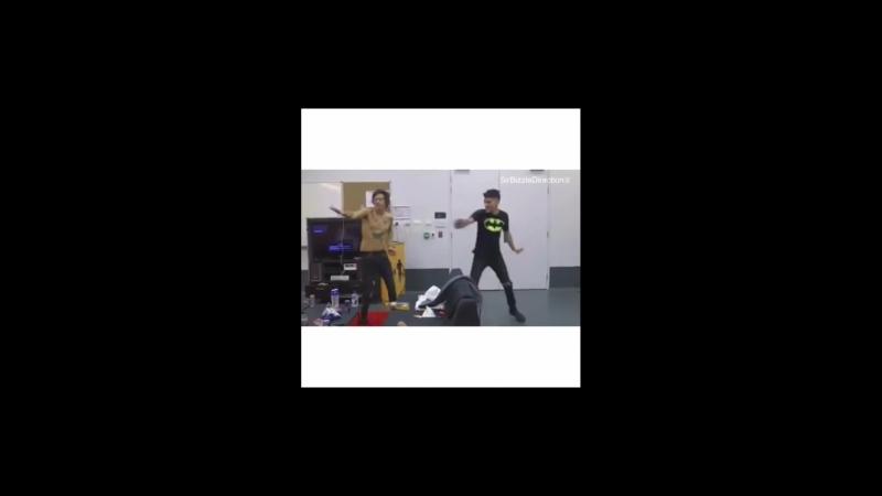 Весёлые танцы Зейна и Гарри ocean drive zayn