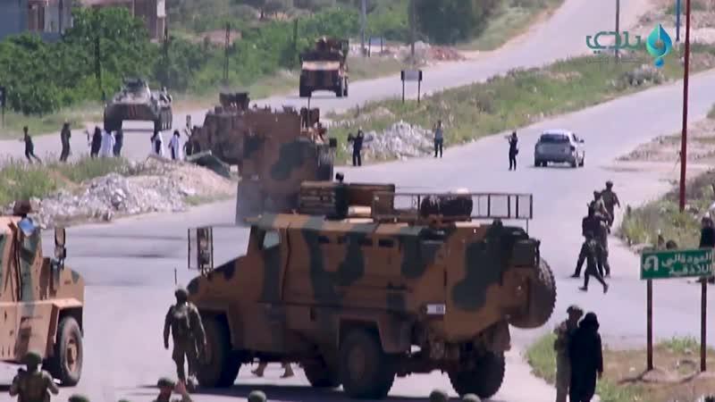 عشرات الشبان يهاجمون الدوريات الروسية التركية على طريق اللاذقية حلب وروسيا ترد لتفريق المعتصمين