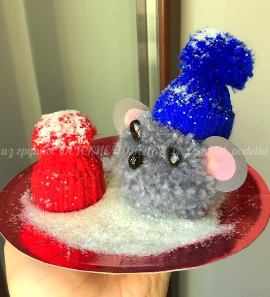 Зимние новогодние поделки символ 2020 ёлочная игрушка Мышка помпон в шапочке Размер картонной заготовки: внешний радиус 4 см, внутренний - 1,3см . Глазки - фасолинки, для блеска покрыты