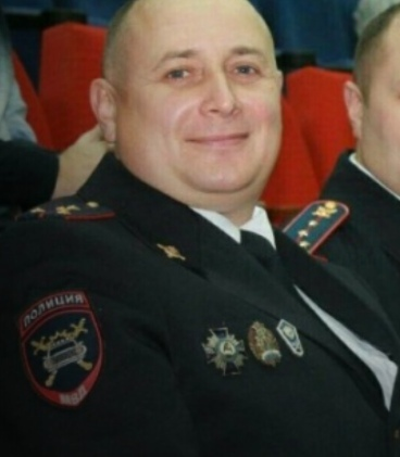 Отставной полицейский своим телом закрыл от пуль трех женщин. В Ульяновске в офисное здание ворвался ненормальный с Сайгой, который явно не отдавал отчет своим действиям. Он начал требовать