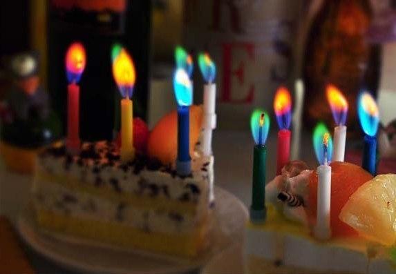 Свечи с огоньками разных цветов -