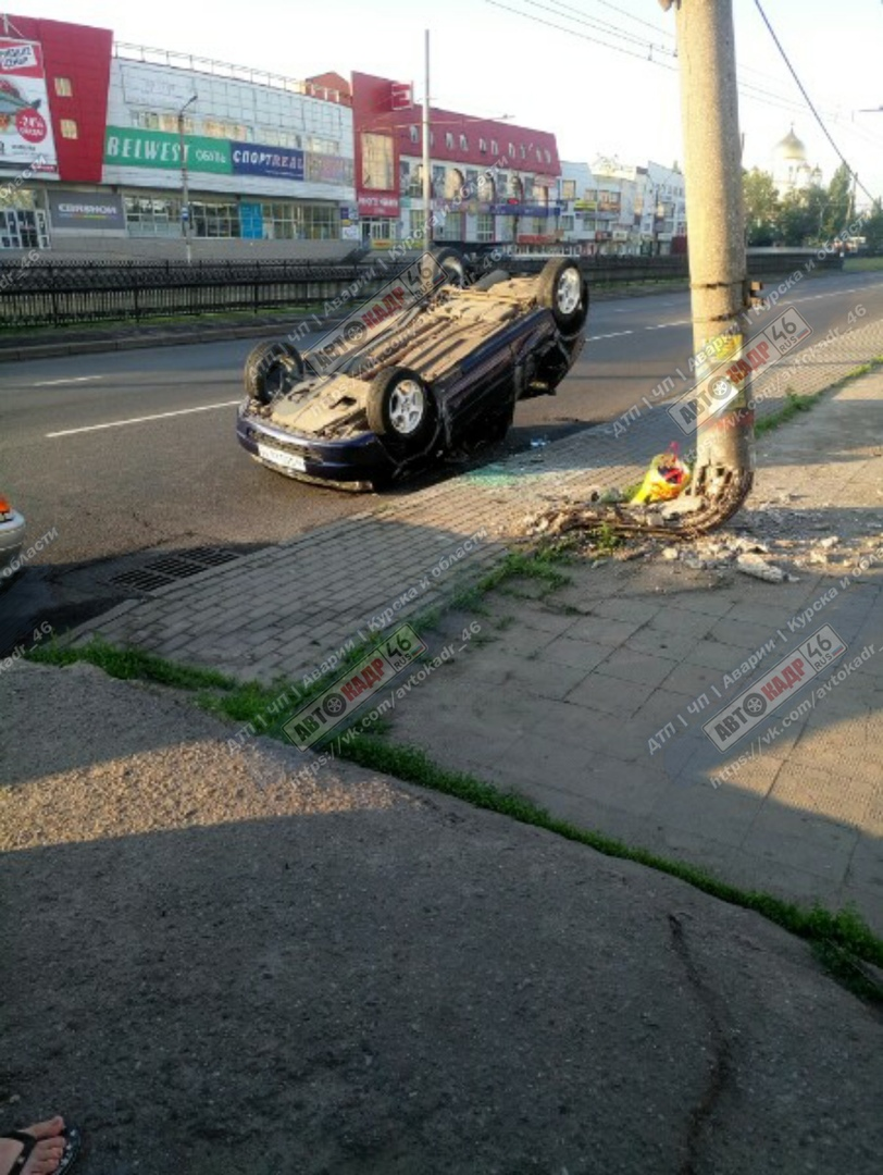 В Курске на проспекте Кулакова «Калина» врезалась в столб. Водитель госпитализирован