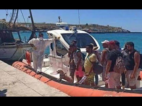 Lampedusa sbarco di migranti turisti con bagagli e barboncino