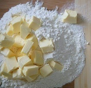 ЛЮБИШЬ ТВИКС ТЕПЕРЬ ТЫ МОЖЕШЬ ПРИГОТОВИТЬ ЕГО САМОСТОЯТЕЛЬНО Ингредиенты:Мука пшеничная в/с 1 стакан2. Масло сливочное 80 г3. Сахарный песок 2 стол. ложки4. Яйца куриные 2 шт.5. Сметана (любой