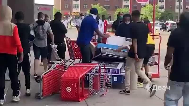 Ещё Миннеаполис Вечно униженные и оскорблённые полицией жители буднично грабят магазины и затариваются