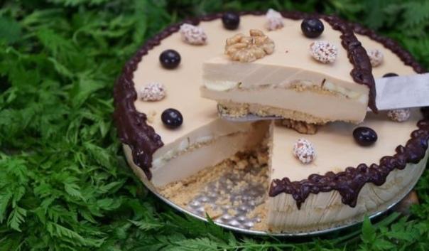 Фото: Карамельно-творожный торт с шоколадом <br><br>Ингредиенты на рецепт приготовления торта: <br>Печенье 300 гр. <br>Масло сливочное 100 гр. <br>Творог 50