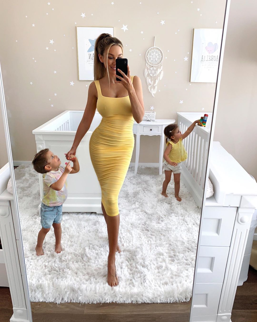 Потрясающая мамочка с двумя детьми и идеальной фигурой