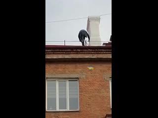 На Станиславского, 7 моют крышу без страховки