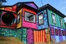 В пригороде Нью-Йорка находится очень оригинальный дом, выкрашенный во все цвета радуги.