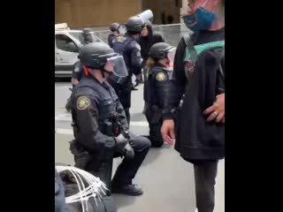 Полицейские в Портленде встали на колени перед протестующими