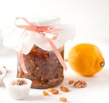 Вкусная баночка витаминов! Данный рецепт прекрасно подойдет для укрепления иммунной системы в зимний период.Вам потребуется:200 г грецких орехов200 г изюма200 г кураги200 г меда2 лимонаКак