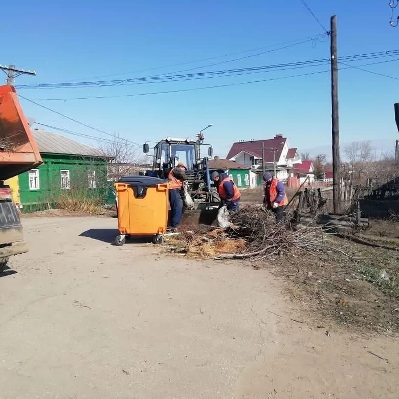 """Петровское коммунальное предприятие """"Благоустройство"""" продолжает работы по санитарной уборке города"""