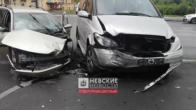 Разбитые машины на перекрестке Бабушкина и Красных Зорь попали на видео