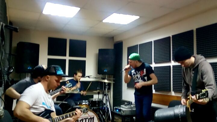 "@luckyhorseband on Instagram: ""Вот такую угарную песенку мы только что разобрали на репе) luckyhorse punkrockband репетиция ярославль tabularasa"""