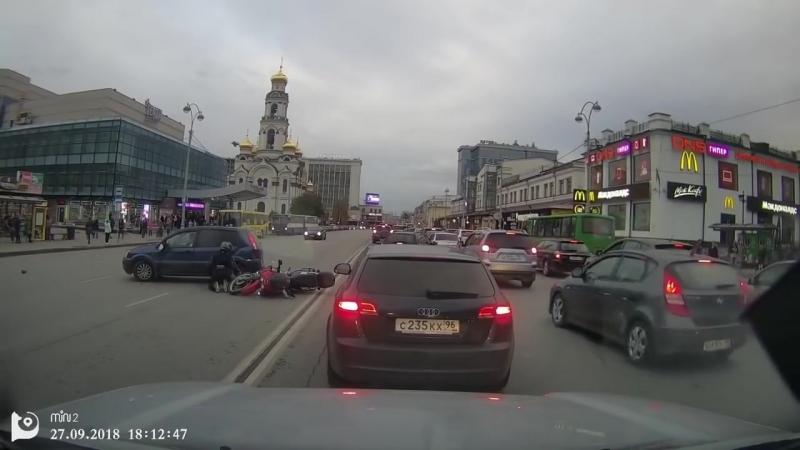 Авария мотоцикла и автомобиля на встречной полосе.