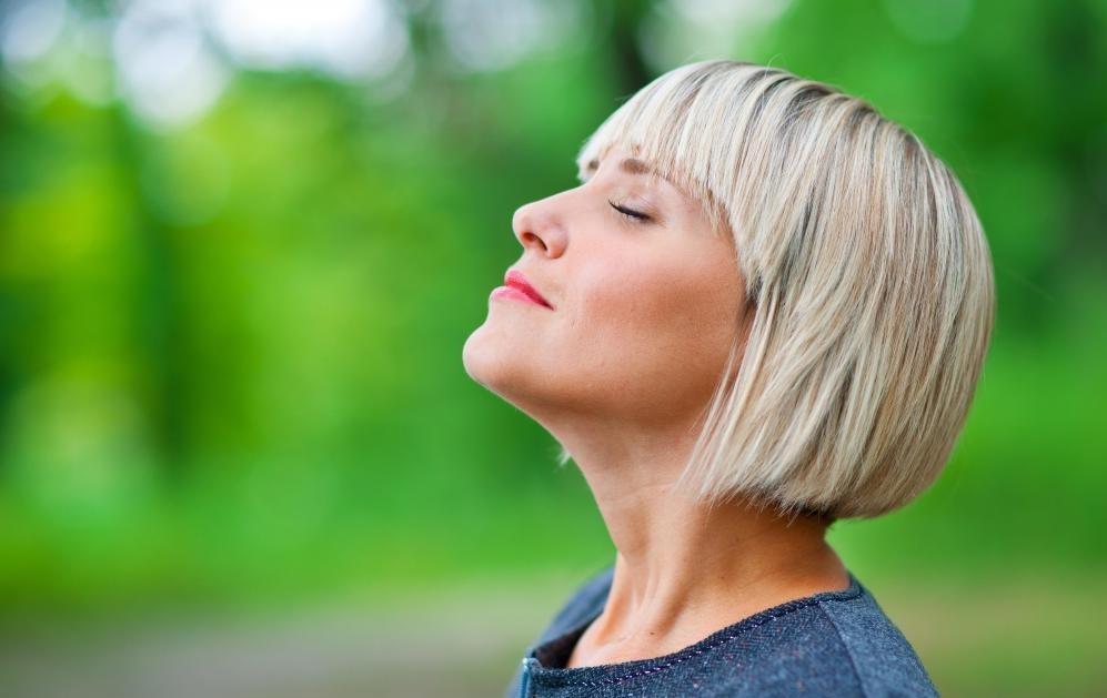 Глубокое дыхание является важным инструментом целостной йоги.