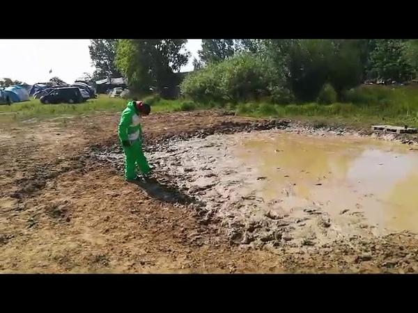 Snowboarder gets muddy