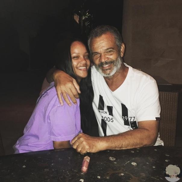 Счастливая и настоящая: Рианна поделилась редким фото с родителями