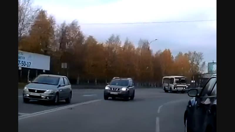 Архангельск. Ниссан по встречке.