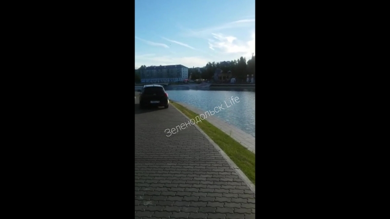 Что за бред в городе на озере? Какие-то придурки вздумали кататься по пешеходной тропе, прямо по брусчатке! Откуда такая наглост