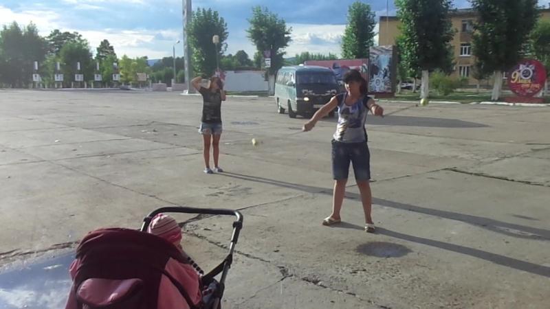 Катя и Вика учатся крутить поями