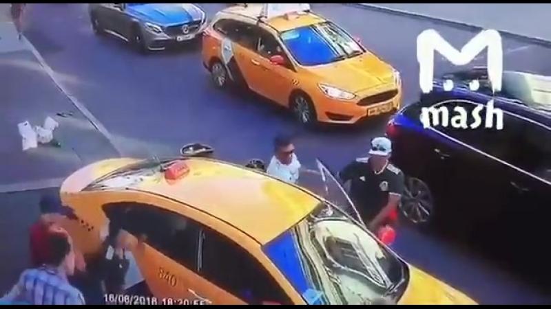 Таксист-гастарбайтер из Киргизии въехал в группу болельщиков в Москве. Задержан.
