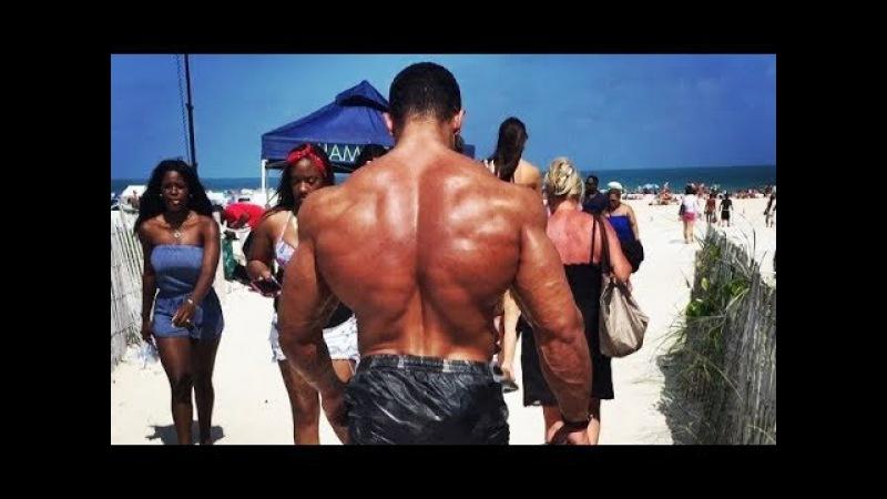 Bodybuilder Sem Camisa Causando Alvoroço Na Praia e na Rua