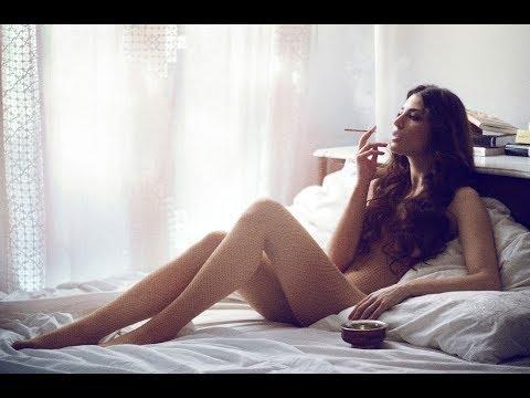 Девушка эротично курит 60 минут