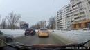 Челябинск сотрудник ГИБДД переводит собаку через дорогу