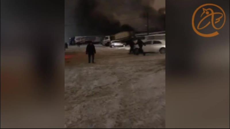 На Энергетиков полыхала автомойка. Опытный в пожарах перевозчик спасал от огня маршрутки