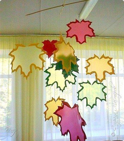 Поделки. Мобиль Осенний листопад для украшения группы или комнаты Для изготовления нам понадобятся:- уголки для бумаг,- краски,- ножницы,- кисточки,- леска.На уголках по шаблону обводим