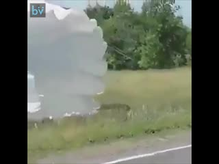 Как парашютист переходит дорогу