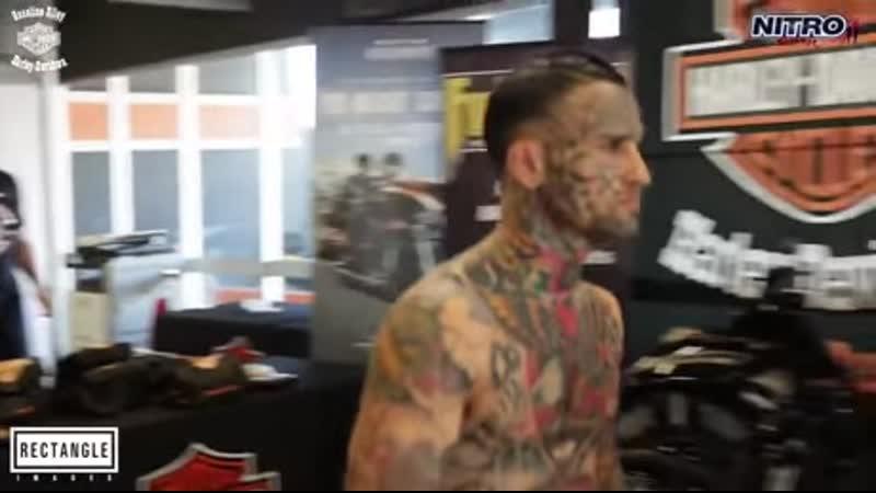 Татуированный хулиган ведет себя жестко и нокаутируется за 20 секунд