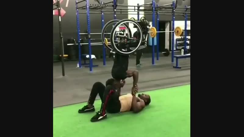 Strength of Body. Парень в инвалидном кресле с другом показывают элемент воркаута