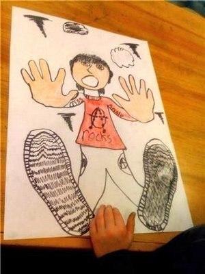 РИСУЕМ НЕОБЫЧНЫЙ АВТОПОРТРЕТ Бурный восторг и всплеск фантазии ожидает ребенка, рисующего свой портрет в столь необычном ракурсе! Возьмите большой лист бумаги и обведите на нем ладони ребенка.