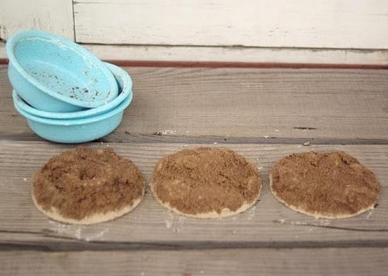 ИДЕИ ПОДЕЛОК ДЛЯ ДЕТЕЙ. Поиграем в археологов Вам потребуются: - мелкий песок,- контейнер,- алебастр,- кисточка.Уплотните влажный песок в ведерке. Сделайте оттиск. Залейте алебастром. Дайте