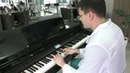 Врач нейрохирург Рустам Сабиров играет на рояле в холле БСМП